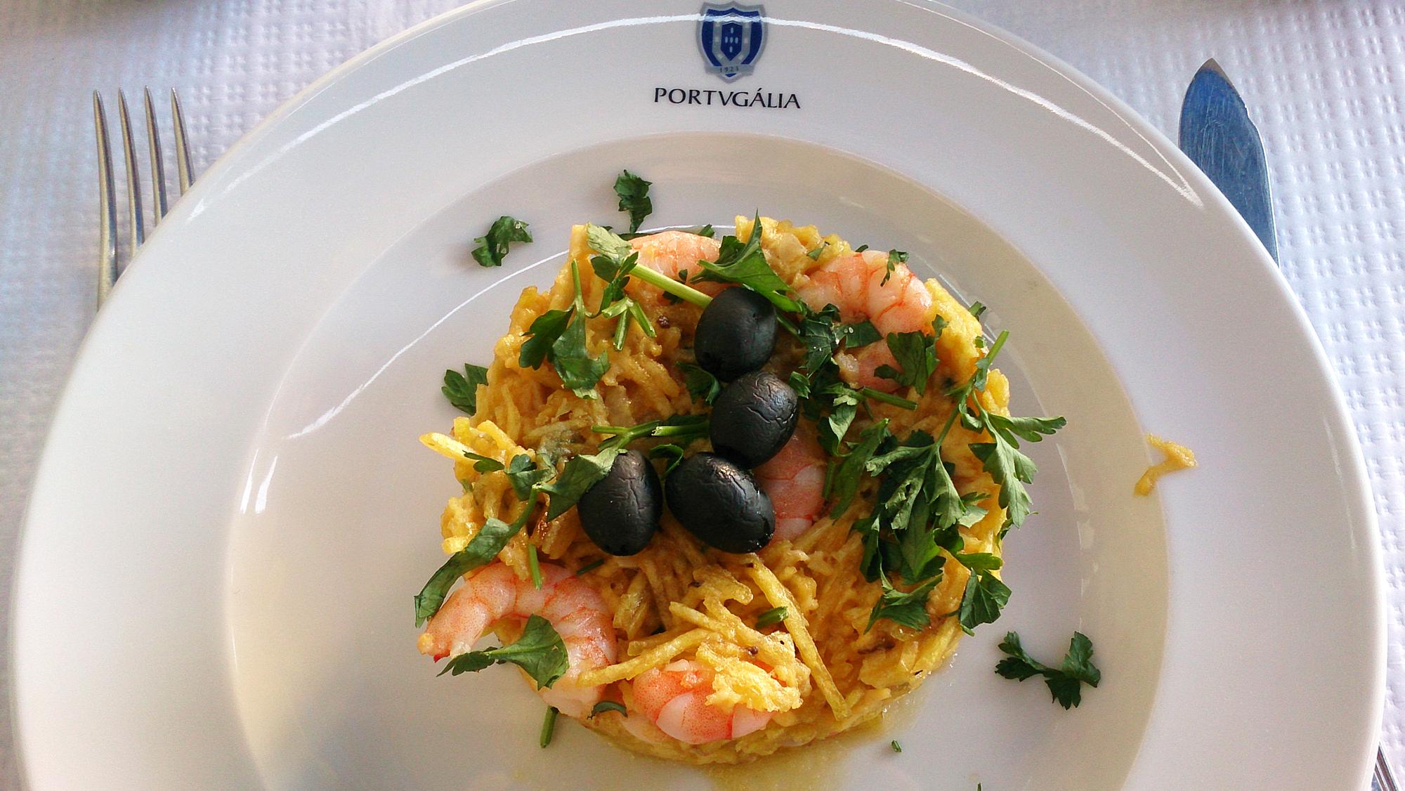 Langostino á brás - krewetkowa wersja narodowej potrawy Portugalii, gdzie w roli głównej występuje suszony dorsz