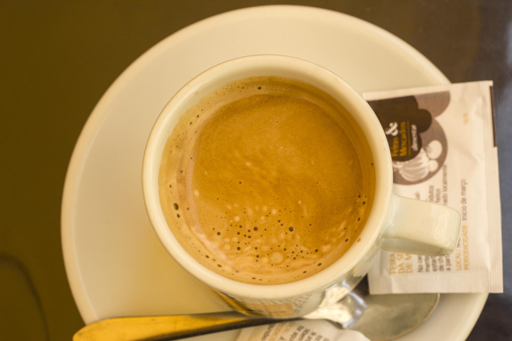 """Meia de leite, czyli """"Połowa z mleka"""" - jeden ze sposobów podawania kawy"""