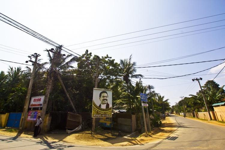 Ulica Dżafny. Wizerunek prezydenta Mahindy Rajapaksy można spotkać na ulicach i przydrożnych bilbordach w całym kraju. Głowa państwa jest zawsze uśmiechnięty.