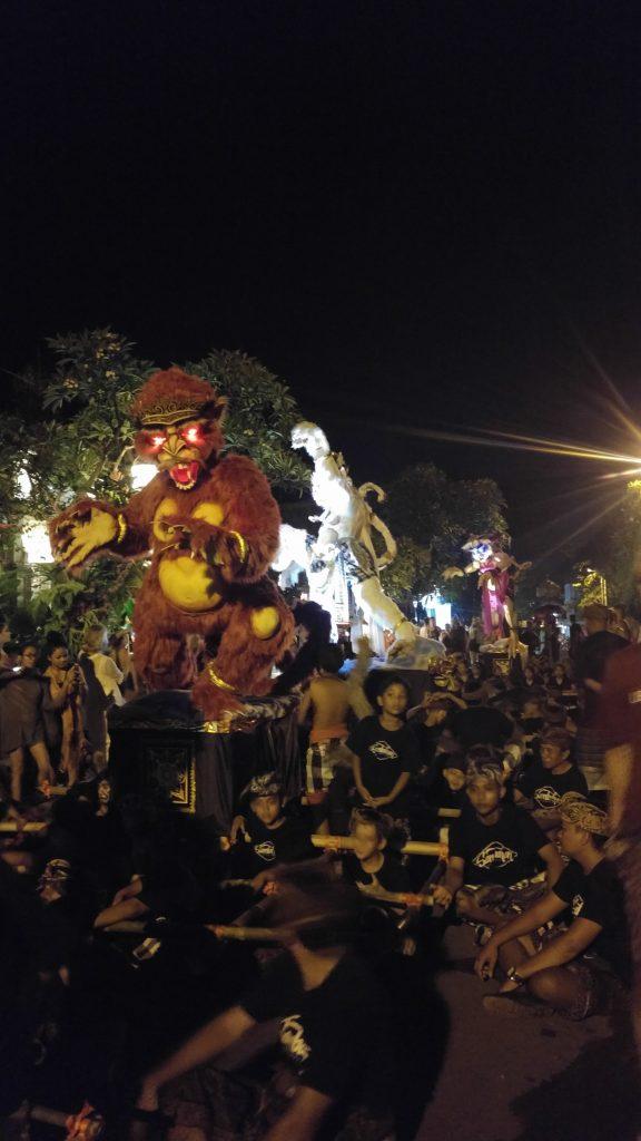 Dzień Wielkich Ofiar (Tawur Agung Kesanga) i parady które tego dnia przetaczają się przez ulice Bali, wprawiają w ruch całą wyspę.