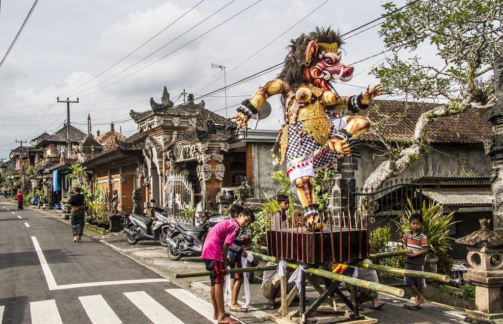 Balijska wioska i dzieci przygotowujące potwora Ogoh-ogoh - bohatera parady podczas wieczoru poprzedzającego Dzień Ciszy.